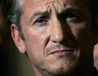 """<p>El ganador del Oscar Sean Penn en una conferencia de prensa en San Francisco, 3 mar 2009. La estrella de """"Milk"""" se retiró de dos películas de alto perfil: """"The Three Stooges"""" y el filme de crimen y suspenso """"Cartel"""", para tomar un largo retiro de Hollywood para poder enfocarse en asuntos familiares. Fuentes señalaron que su ausencia podría durar hasta un año. REUTERS/Robert Galbraith</p>"""