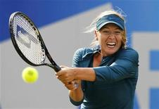 <p>Russia's Maria Sharapova returns the ball against Francesca Schiavone of Italy during the Edgbaston Classic tennis tournament in Birmingham June 11, 2009. REUTERS/Phil Noble</p>
