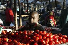 <p>Oltre il 70% degli italiani credono che il governo debba mantenere gli impegni presi coi paesi in via di sviluppo, destinando lo 0,7% all'aiuto pubblico entro il 2015. Lo dice un sondaggio reso noto oggi dall'organizzazione non governativa Oxfam. Nella foto un ragazzino vende pomodori in un mercato di Nairobi in Kenya. REUTERS/Noor Khamis</p>