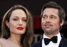 <p>Los actores Brad Pitt y Angelina Jolie en el Festival de Cine de Cannes, en Francia, 20 mayo 2009. Los actores Angelina Jolie y Brad Pitt donaron un millón de dólares a una agencia de las Naciones Unidas para refugiados que ayuda a pakistaníes que fueron desplazados por la lucha entre soldados y militantes talibanes, dijo el jueves la organización. REUTERS/Jean-Paul Pelissier/Archivo</p>