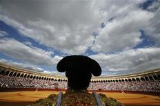 <p>A Spanish bullfighter looks at the sky before starting a bullfight in The Maestranza bullring in Seville April 25, 2009. REUTERS/Marcelo del Pozo</p>