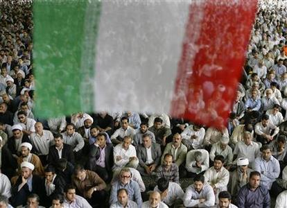 Iranian worshippers attend Friday prayers at Tehran University June 19, 2009. REUTERS/Morteza Nikoubazl