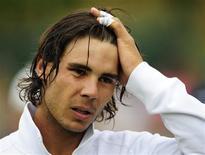 <p>Espanhol Rafael Nadal reage após derrota para o suíço Stanislas Wawrinka em torneio em Londres. O número 1 do mundo desistiu de Wimbledon por lesão no joelho. REUTERS/Toby Melville</p>