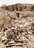 <p>Развалины дома, разрушенного взрывом, в Киркуке 21 июня 2009 года. Число жертв самого кровавого за последний год взрыва в Ираке, прогремевшего в субботу в городе Киркук на севере этой ближневосточной страны, достигло 73 человек, сообщила полиция в воскресенье. REUTERS/Ako Rasheed</p>