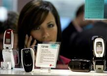 <p>Uno stand di telefonini al 3GSM World Congress di Cannes nel 2005. REUTERS/Eric Gaillard</p>