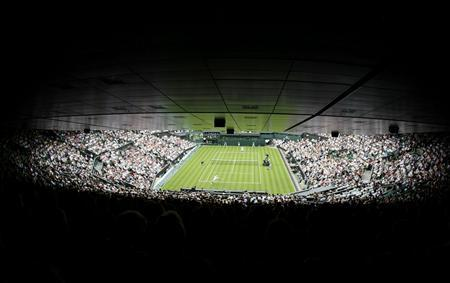 A general view shows Roger Federer of Switzerland playing Taiwan's Lu Yen-hsun on Centre Court at the Wimbledon tennis championships in London, June 22, 2009. REUTERS/Stefan Wermuth