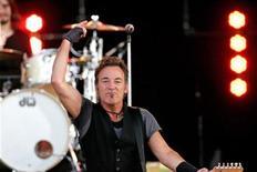 <p>U.S rock legend Bruce Springsteen performs at the Pinkpop Festival in Landgraaf, the Netherlands May 30, 2009. REUTERS/Marcel van Hoorn</p>
