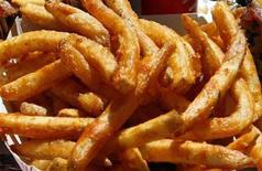 <p>Foto de archivo de unas papas fritas en Hollywood, 3 oct 2003. La policía canadiense buscaba el lunes a un descarado ladrón que robó un pedido mientras corría desnudo frente a la ventana de entrega de un restaurante de comida rápida. REUTERS/Lucy Nicholson</p>