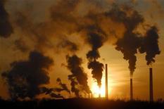 <p>Дым поднимается из труб фабрики в сибирском Ачинске 5 февраля 2007 года. Россия не сократит, а увеличит выбросы вредных газов, вопреки телевизионному обещанию президента Дмитрия Медведева, сделанному на минувшей неделе, заявила в понедельник международная экологическая организация WWF. REUTERS/Ilya Naymushin</p>