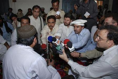 Taliban commander Baitullah Mehsud (L) speaks to reporters in Pakistan's South Waziristan tribal region May 24, 2008. REUTERS/Stringer