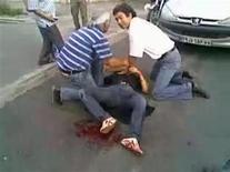 <p>Una drammatica immagine della morte della giovane studentessa iraniana, diventata un simbolo delle proteste, da un vidoe su YouTube. REUTERS/Ho New</p>
