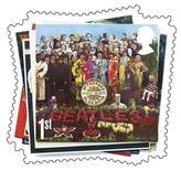 """<p>Foto de archivo de un sello postal británico con la portada del disco """"Sargent Pepper's Lonely Hearts Club Band"""" del grupo The Beatles, 28 dic 2006. Un póster del disco Sgt. Pepper's firmado por los cuatro miembros de The Beatles fue vendido el martes en 52.500 dólares durante una subasta de recuerdos de cultura pop de la casa Christie's, junto con una gran selección de objetos de rock, punk y grunge. REUTERS/ Royal Mail/ Handout</p>"""