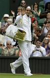 <p>Roger Federer of Switzerland arrives on court to play Taiwan's Lu Yen-hsun at the Wimbledon tennis championships in London, June 22, 2009. REUTERS/Stefan Wermuth</p>