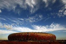 <p>Lo stadio Soccer City di Johannesburg, che ospiterà la finale dei mondiali di calcio in Sud Africa nel 2010. REUTERS/Siphiwe Sibeko</p>