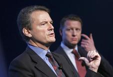 <p>L'équipementier télécoms Ericsson annonce la nomination de son directeur financier Hans Vestberg (à droite) au poste de directeur général, en remplacement de Carl-Henric Svanberg (à gauche). /Photo d'archives/REUTERS/Fredrik Sandberg/Scanpix Sweden</p>
