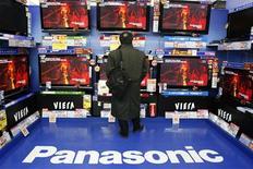 <p>Panasonic dit viser une hausse de 13% de son chiffre d'affaires pour l'exercice en cours, à fin mars 2010, dans les cinq marchés émergents sur lesquels il se concentre. /Photo prise le 28 janvier 2009/REUTERS/Yuriko Nakao</p>