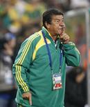 <p>Técnico da seleção da África do Sul, Joel Santana, em Bloemfontein. 20/06/2009. REUTERS/Siphiwe Sibeko</p>