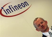 <p>Peter Bauer, le directeur général d'Infineon. Le fabricant allemand de puces électroniques annonce avoir relevé ses prévisions pour le troisième trimestre de son exercice fiscal du fait de ses mesures d'économie. /Photo prise le 3 décembre 2008/REUTERS/Michael Dalder</p>