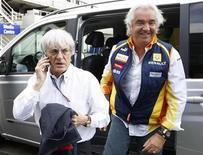 <p>Il presidente della Formula Uno Bernie Ecclestone con il numero uno del team Renault Flavio Briatore a Silverstone. REUTERS/Andrew Winning</p>