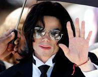 <p>Michael Jackson waves to supporters as he leaves the Santa Barbara County Courthouse in California, June 13, 2005. REUTERS/Stringer</p>