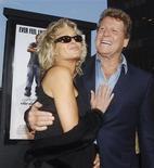 """<p>Imagen de archivo del actor Ryan O'Neal y la actriz Farrah Fawcett en el estreno de """"Malibu's Most Wanted"""" en Hollywood, 10 abr 2009. Se hizo famosa como 'sex symbol' y protagonista de un programa de televisión mediocre, lo cual podría haber hecho que la carrera de Farrah Fawcett fuera sólo una nota al pie en la historia de Hollywood. REUTERS/Jim Ruymen/Files (IMAGENES DEL DIA)</p>"""