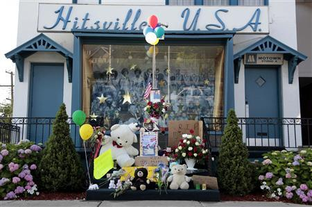 A memorial for 'King of Pop' Michael Jackson is seen on the steps of Hittsville USA, the original Motown studios, in Detroit, Michigan June 26, 2009. REUTERS/Rebecca Cook