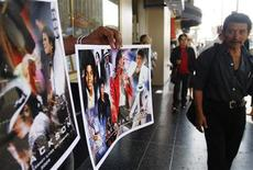 <p>A vendor sells posters of the late Michael Jackson near Jackson's star on the Hollywood Walk of Fame in Los Angeles, California June 27, 2009. REUTERS/Joshua Lott</p>