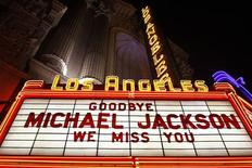 <p>Michael Jackson is honored on a marquee at the Los Angeles Theater in California, June 27, 2009. REUTERS/Joshua Lott</p>