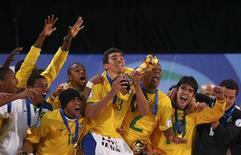 <p>Jogadores da seleção brasileira comemoram o título da Copa das Confederações da África do Sul em Johanesburgo 28/06/2009 REUTERS/Jerry Lampen</p>