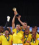 <p>Игроки сборной Бразилии празднуют победу в Кубке конфедераций в Йоханнесбурге 28 июня 2009 года. Сборная Бразилии по футболу обыграла национальную сборную США со счетом 3-2 и стала обладателем Кубка конфедераций, проходившего в ЮАР. REUTERS/Jerry Lampen</p>
