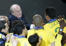 <p>Presidente da Fifa, Sepp Blatter, cumprimenta jogadores brasileiros após vitória na Copa das Confederações em Johanesburgo. 28/06/2009. REUTERS/Mike Hutchings</p>
