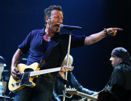 U.S. singer Bruce Springsteen performs at the Glastonbury Festival 2009 in south west England June 27, 2009. REUTERS/Luke MacGregor