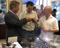 """<p>William Asprey (izq), dueño de la tienda de lujo William & Son, muestra relojes exclusivos a coleccionistas en Londres, 29 jun 2009. Decenas de coleccionistas se reunieron el lunes para comprar algunos de los relojes más especiales del mundo, en un acto organizado por un grupo de aficionados blogueros. Compradores llegaron de todo el mundo a William & Son, una lujosa tienda del elegante distrito londinense de Mayfair, para admirar los relojes más exclusivos del mundo, algunos de los cuales superaban las 100.000 libras esterlinas (165.000 dólares) cada uno. El típico comprador millonario de marcas como De Bethune, F.P. Journe, Romain Gauthier y Moser, se ha """"graduado"""" de grandes marcas como Rolex y Omega y busca ahora algo menos común, señalaron varios de los coleccionistas que acudieron a la venta. REUTERS/David Brough</p>"""