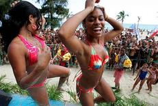 <p>Women dance in a reggaeton competition during a beach event organized by Cuba's Union of Young Communists and the National Sports Institute in Havana in this July 23, 2006 file photo. Picture taken July 23, 2006. REUTERS/Claudia Daut/Files</p>