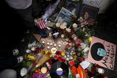 <p>Admiradores rodean la estrella del cantante Michael Jackson en el Camino de la Fama de Hollywood, en Los Angeles, California, 26 junio 2009. Un día después de la repentina muerte de Michael Jackson, la especulación aumentaba sobre la causa de muerte del Rey del Pop de 50 años sólo semanas antes de su largamente esperada serie de conciertos de regreso. REUTERS/Lucy Nicholson</p>