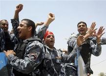 <p>Иракские полицейские празднуют вывод американских войск из города Бакуба недалеко от Багдада 29 июня 2009 года. Американские войска покинули последние иракские города во вторник - к восторгу иракцев, уставших надеяться на окончание оккупации через шесть лет после вторжения международной коалиции с целью свергнуть Садама Хусейна. REUTERS/Helmiy al-Azawi</p>