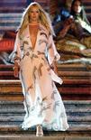 <p>La modella argentina Valeria Mazza sfila indossando un abito di Roberto Cavalli. REUTERS/Alessia Pierdomenico</p>