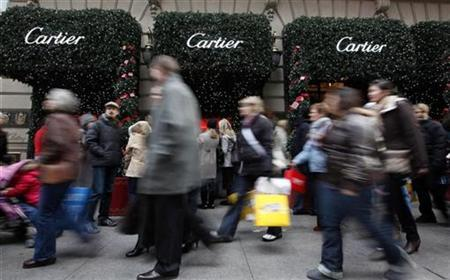 Shoppers walk up Fifth Avenue in front of the Cartier jewellery building in New York, December 7, 2008. REUTERS/Chip East