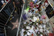 <p>Flores y otros objetos cerca de la estrella del fallecido cantante Michael Jackson en el Camino de la Fama de Hollywood, 29 jun 2009. El cuerpo del cantante Michael Jackson será llevado a su rancho Neverland, en California, el jueves y se está planeando un funeral público para más adelante en la semana, según informes de medios de prensa divulgados el martes. La cadena CNN dijo en su página de internet que el funeral público sería el viernes, pero el sitio de celebridades TMZ.com comentó que podría realizarse ese día o el sábado. REUTERS/Mario Anzuoni</p>