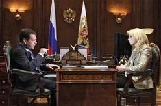 <p>El presidente ruso, Dmitry Medvedev, conversa junto a la ministra de Salud, Tatyana Golikova, en el palacio presidencial en Gorki, a las afueras de Moscú, 30 jun 2009. Medvedev dijo a los rusos que deben abandonar sus hábitos alcohólicos. REUTERS/RIA Novosti/Kremlin/Dmitry Astakhov</p>