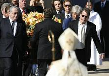 <p>Ator Ryan O'Neal, médico Lawrence Piro e outroa amigos e familiares acompanharam o enterro da atriz Farrah Fawcett em Los Angeles. 30/06/2009. REUTERS/Mario Anzuoni</p>