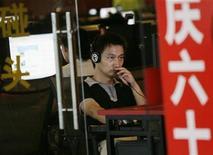 <p>Uomo usa un computer nell'internet cafè della festa antifiltro web a Pechino. REUTERS/Jason Lee</p>