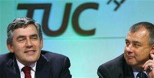 <p>Gordon Brown e Brendan Barber alla conferenza del Tuc a Brighton. REUTERS/Luke MacGregor (BRITAIN)</p>