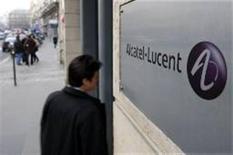 <p>Pedestre passa em frente ao escritório da Alcatel-Lucent, Paris. Companhia vê queda de até 12% no mercado de equipamentos de telecomunicações. REUTERS/Charles Platiau</p>