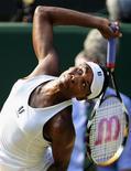 <p>Venus Williams, dos EUA, saca em partida contra russa Dinara Safina na semifinal de Wimbledon, em Londres 02/07/2009 REUTERS/Toby Melville</p>
