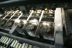 <p>Capas de CDs de Michael Jackson na impressão. 03/07/2009. REUTERS/ Dominic Ebenbichler</p>