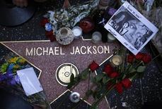 <p>Flores e objetos na estrela de Michael Jackson na calçada da fama em Hollywood. 01/07/2009. REUTERS/Joshua Lott</p>