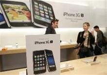 <p>Clientes mauseiam iPhone 3G em loja da Apple, em San Francisco.</p>