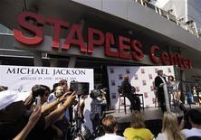 <p>Jackson family spokesperson Ken Sunshine speaks at a news conference announcing details of the Michael Jackson public memorial service in Los Angeles July 3, 2009. REUTERS/Phil McCarten</p>