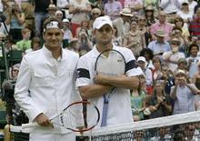 <p>O suíço Roger Federer e o norte-americano Andy Roddick posam para um foto antes da final, em Londres. REUTERS/Stefan Wermuth</p>
